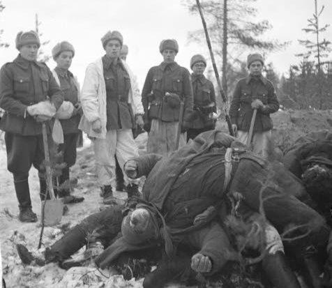 Финская похоронная команда позирует на фоне погибших бойцов 3-й роты 81-го гсп. Декабрь 1940 г.