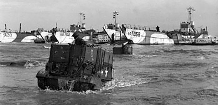 Высадка британской специальной бронетехники на пляж «Голд». 6 июня 1944 г.