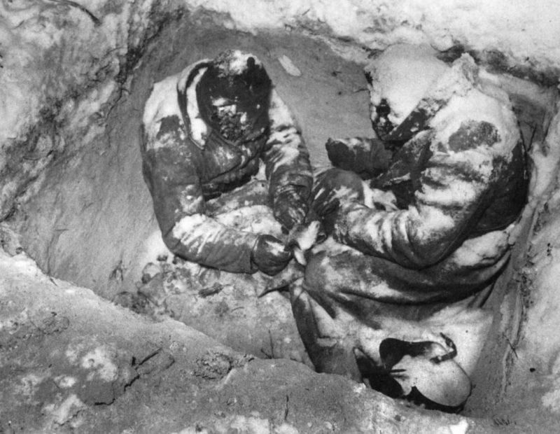 Замерзшие красноармейцы в окопе. Декабрь 1940 г.