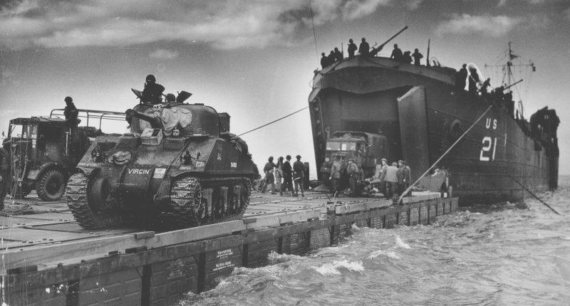 Танк «Шерман» перед высадкой на пляж «Голд». 6 июня 1944 г.