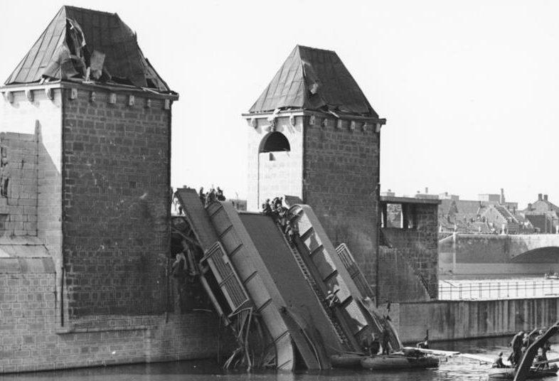 Немцы в Маастрихте восстанавливают мост. 11 мая 1940 г.