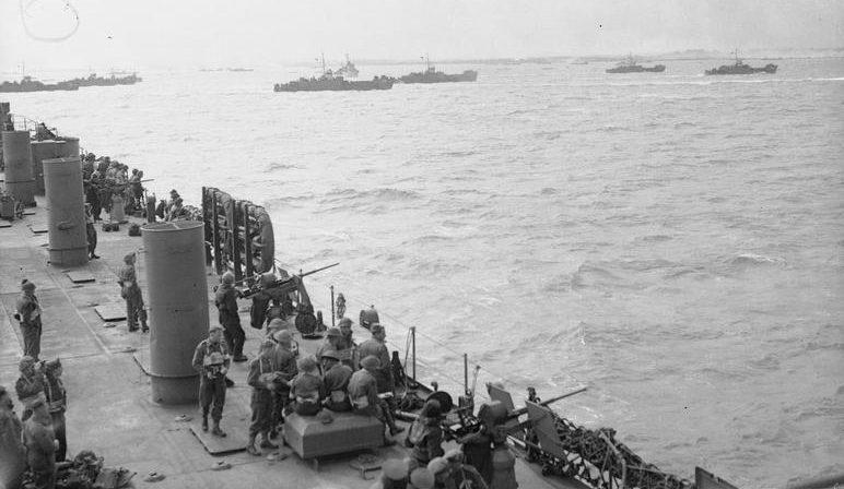 Десантный корабль LST-25 прикрывает высадку десанта из 20-мм орудий на Золотом пляже. 6 июня 1944 г.
