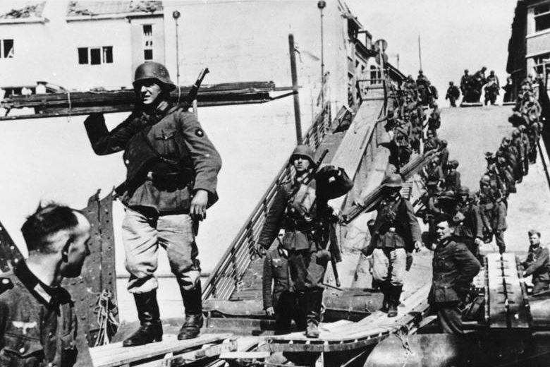 Немецкие саперы строят временный мост возле Маастрихта. 14 мая 1940 г.