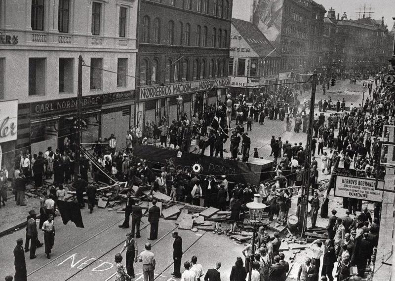 Баррикады, установленные во время всеобщей забастовки в Копенгагене. Июль 1944 г.