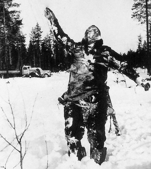 Мертвый замерзший красноармеец в вертикальном положении, как предупреждение Красной Армии. Декабрь 1939 г.
