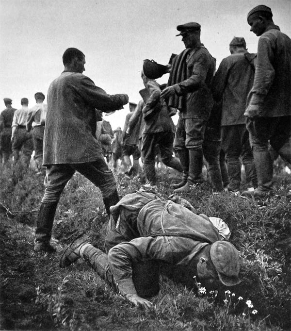 Пленные красноармейцы пьют воду с канавы. Август 1941 г.