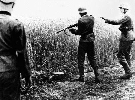 Расстрел отставшего от колонны военнопленного. Август 1941 г.