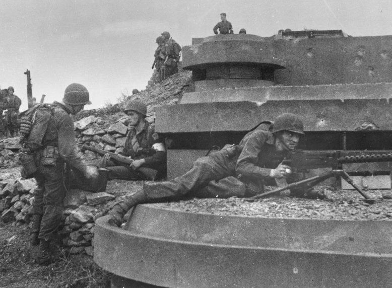 Американские солдаты у захваченного немецкого бункера на пляже Омаха. 6 июня 1944 г.