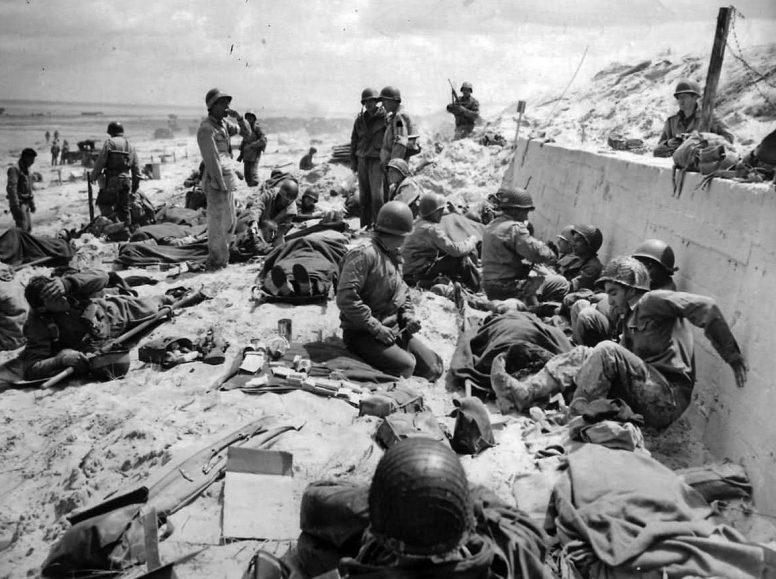 Медики оказывают помощь раненым американской 4-й пехотной дивизии на пляже Юта. 6 июня 1944 г.