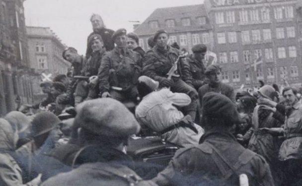 Британские десантники входят в Копенгаген. 4 мая 1945 г.