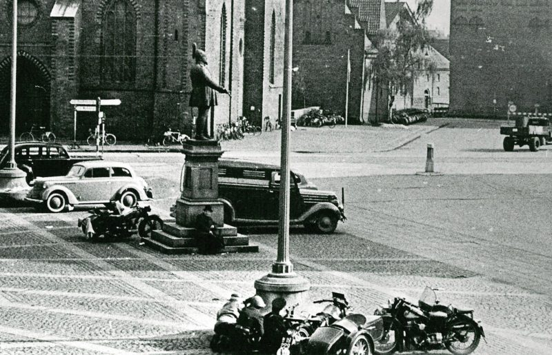 Датские бойцы сопротивления в перестрелке с немецкими солдатами. Флахавен. Май 1945 г.