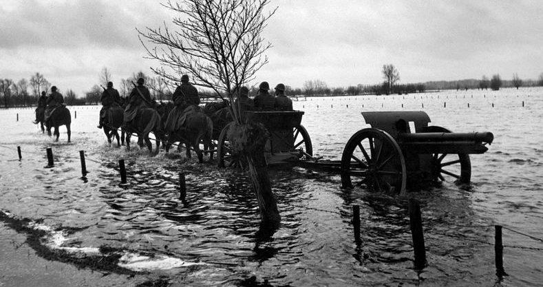 Преодоление затопленной территории линии войсками.