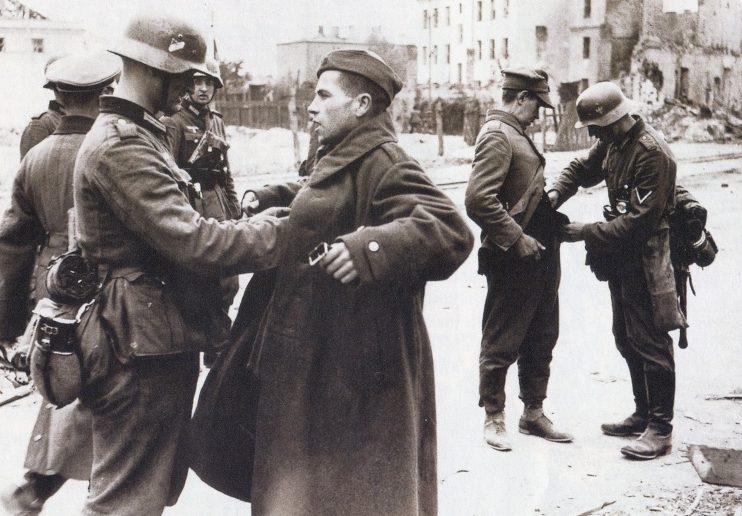 Голландцы сдаются в плен. Май 1940 г.