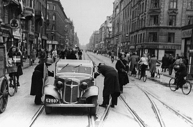 Бойцы Сопротивления проводят досмотр автомобиля. Май 1945 г.