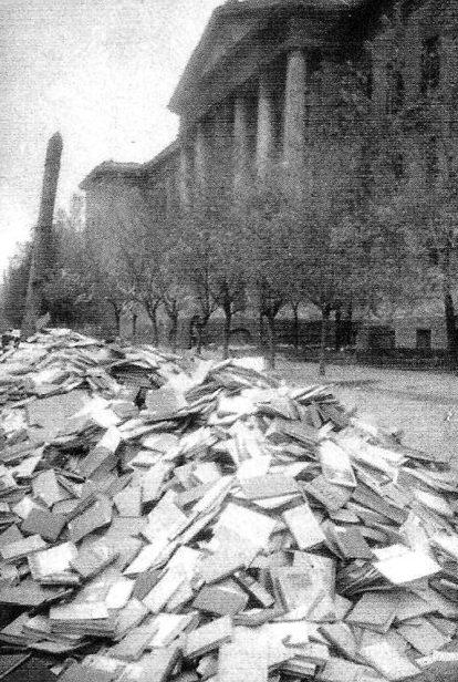 Книги из библиотеки Горного университета, выброшенные немцами при отступлении. Октябрь 1943 г.