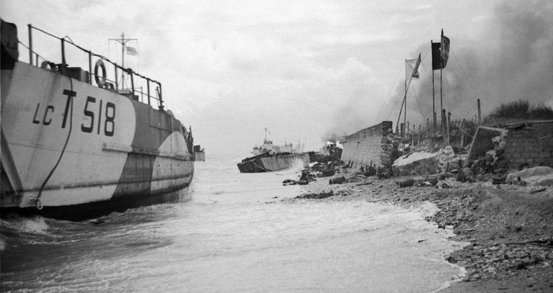 Поврежденные десантные суда в Сент-Обни-сюр-Мер. 6 июня 1944 г.