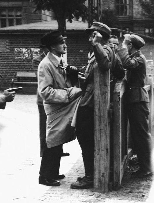 Немецкие солдаты задержаны бойцами сопротивления и разоружены в Копенгагене. 1945 г.