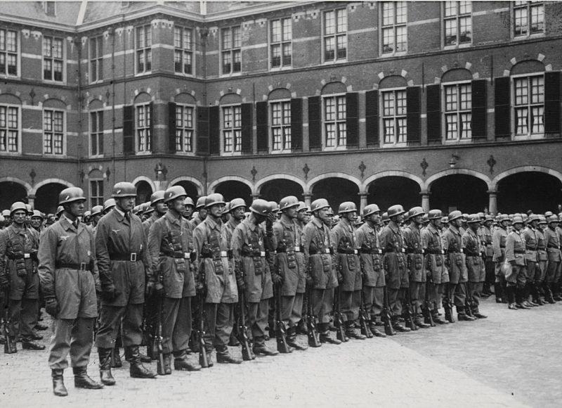 Немецкие десантники в Гааге после оккупации города. Май 1940 г.