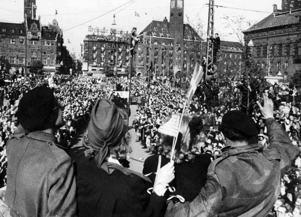 Датчане приветствуют британские войска в Копенгагене. 4 мая 1945 г.