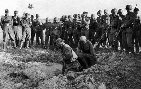 Красноармейцы роют себе могилу. Август 1941 г.