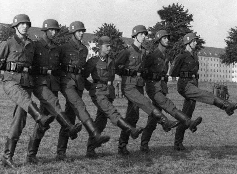 Голландские добровольцы полка СС «Вестланд» на занятиях по строевой подготовке. 1940 г.