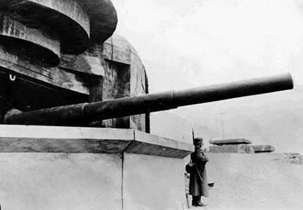 Каземат типа М279 с 164-мм орудием во время войны и сегодня.