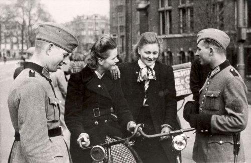 Голландские женщины с немцами. Сентябрь 1940 г.