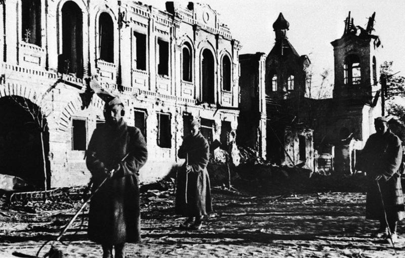 Саперы разминируют улицу Карла Либкнехта. Сентябрь 1943 г.