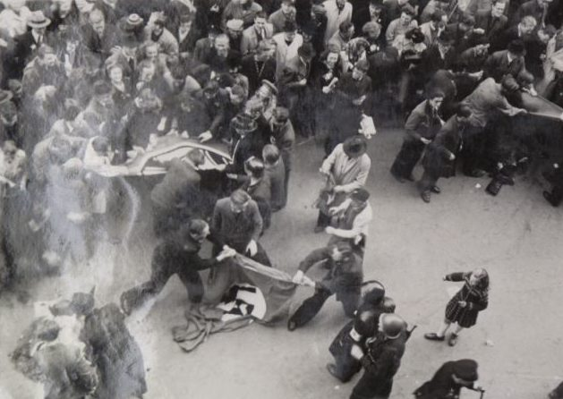 Участники Сопротивления рвут нацистские флаги. 5 мая 1945 г.