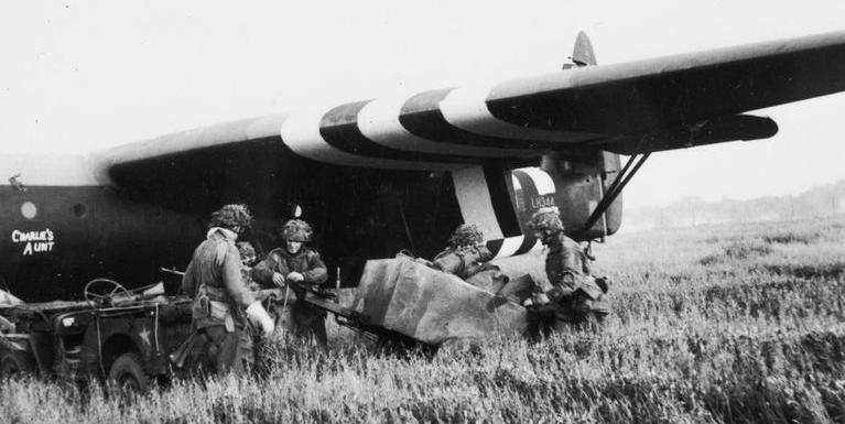 Разгрузка планеров 6-й воздушно-десантной бригады. 6 июня 1944 г.