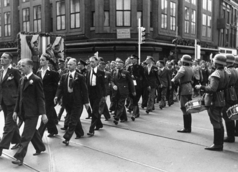 Голландские рекруты-добровольцы СС на улице Гааги. Август 1941 г.
