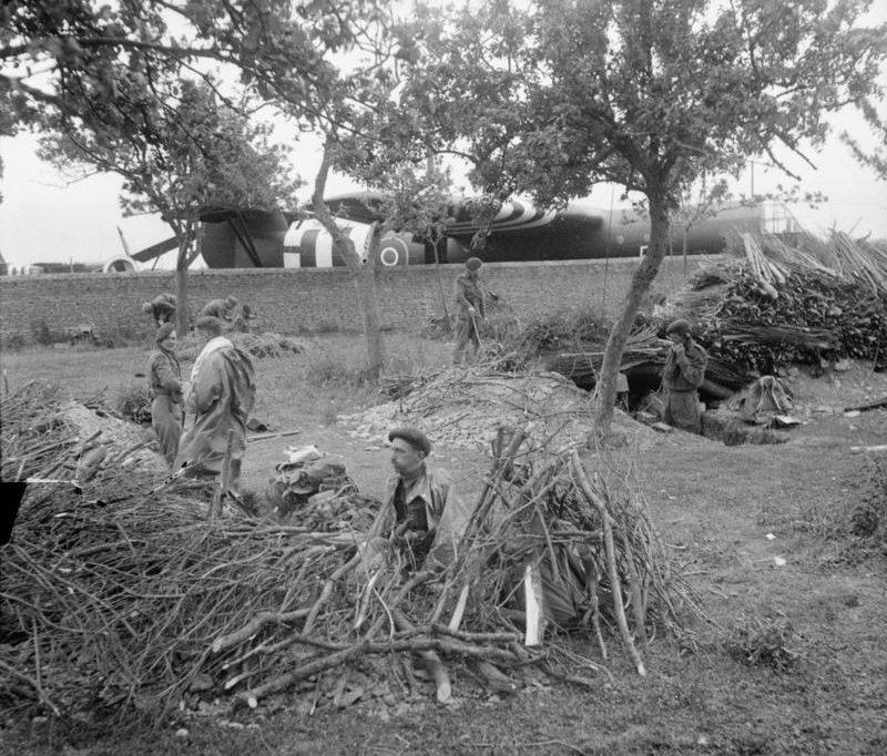 Десантники окапываются после приземления. 6 июня 1944 г.