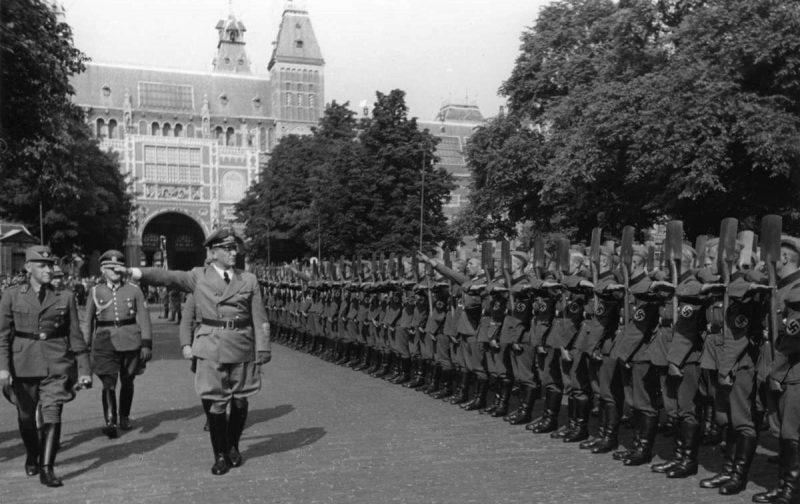 Голландские добровольцы Имперской трудовой службы в Амстердаме. 1941 г.