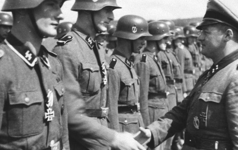 Штурмбаннфюрер CC Август Дикман вручает голландским солдатам 5-я танковой дивизия СС «Викинг» Железные кресты за боевые заслуги. Июнь 1942 г.