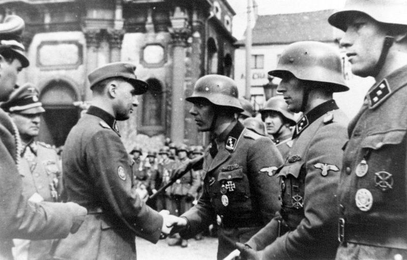 Солдаты 23-й добровольческой панцергренадерской дивизия СС «Недерланд» (1-я голландская). 1942 г.