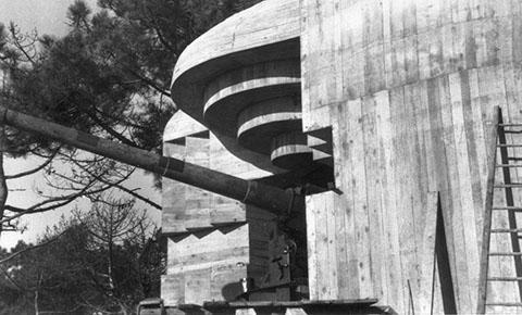 Бункер типа М180 с 138-мм орудием в годы войны и сегодня.