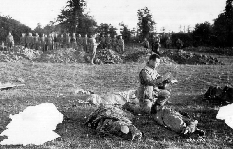 Похороны погибших десантников. 6 июня 1944 г.