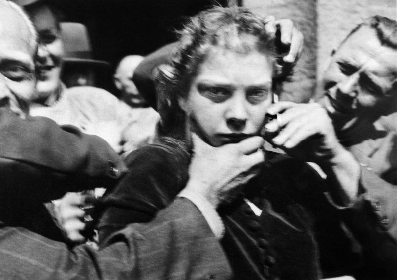 «Патриоты» стригут девушку, сожительствовавшую с немцами. Орохус. Май 1945 г.