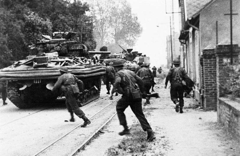 Британский спецназ ведёт уличные бои в городе Уистреам. Плацдарм «Сорд». 6 июня 1944 г.