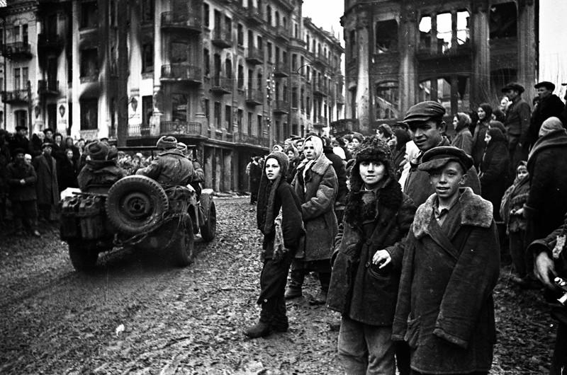 Горожане встречают освободителей. 2 марта 1944 г.