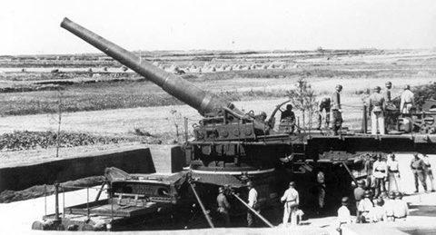 240-мм орудие на позиции с поворотным столом.