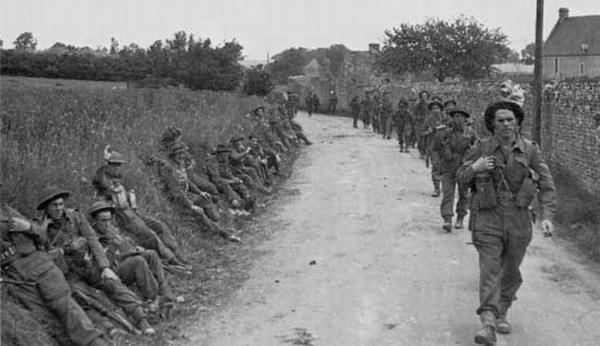 Британские солдаты на марше во Франции. 50-я дивизия Великобритании. 6 июня 1944 г.