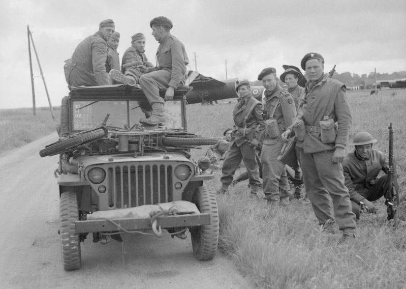 Коммандос 1-й бригады с захваченными немцами в джипе около Ранвилла. Вечер 6 июня 1944 г.