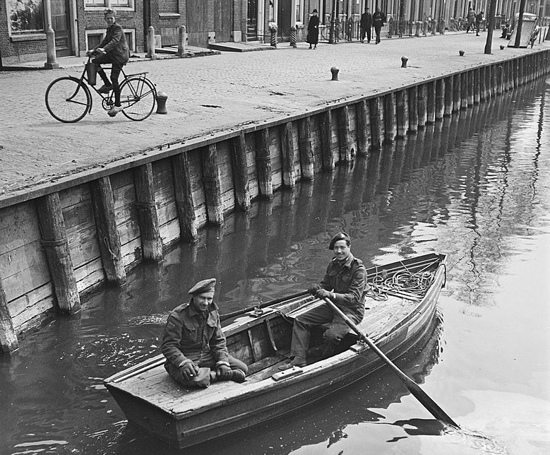 Канадские солдаты отдыхают после битвы за «Афслуитдейк». Апрель 1945 г.