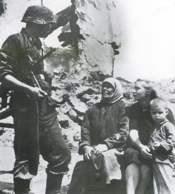Местные жители у развалин своего дома. Август 1941 г.