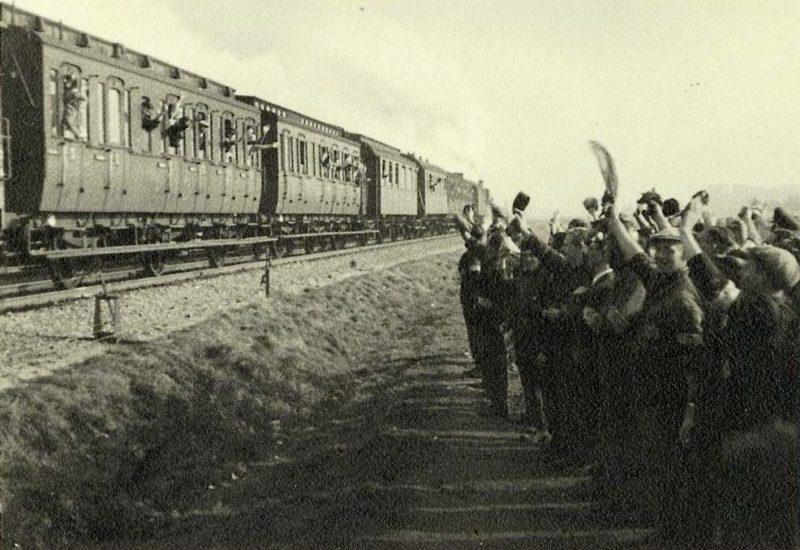Евреи Вестерборка провожают депортированных в Освенцим. 1943 г.