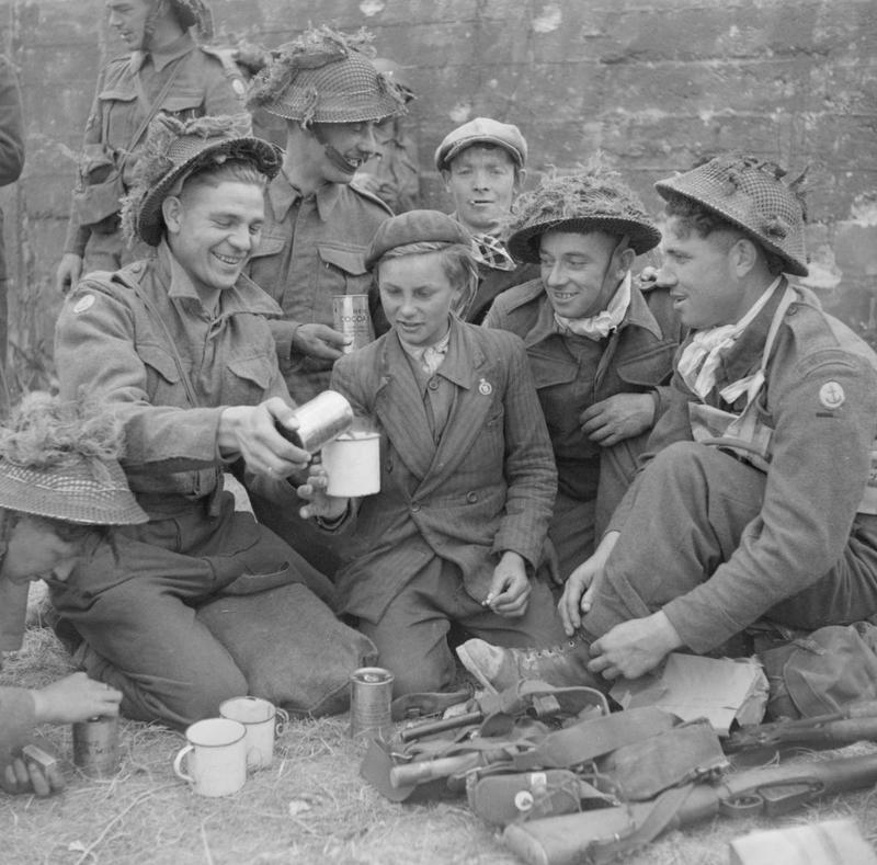 Британские коммандос с местным населением в деревне Вер-сюр-Мер. 6 июня 1944 г.