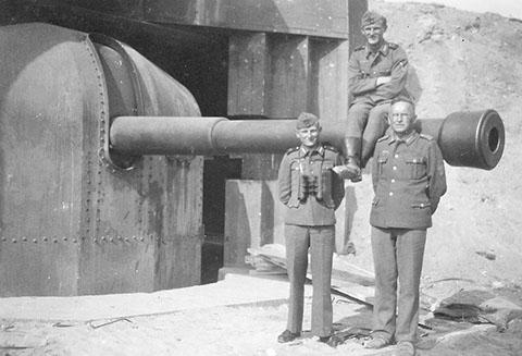 Казематы с 164-мм орудием во время войны и сегодня.