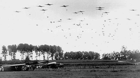 Парашютисты 101-й воздушно-десантной дивизии союзников приземляются в Нидерландах. Сентябрь 1944 г.
