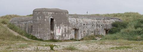 Противотанковая стена на берегу.